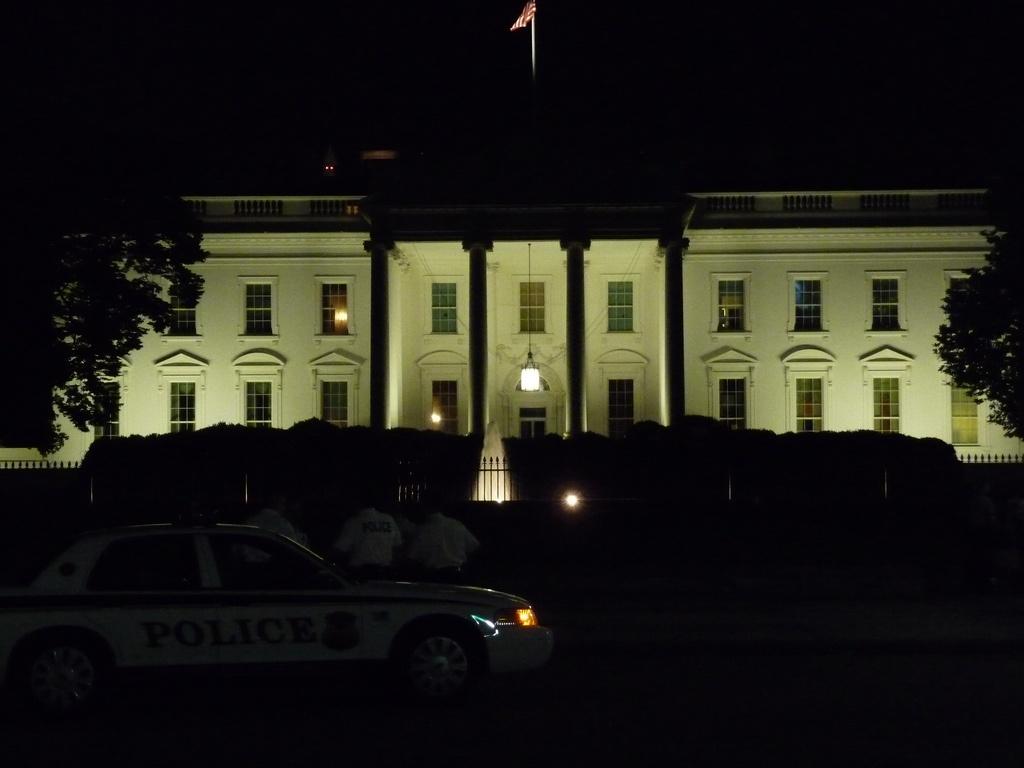 White_House_at_Night_by_dontdothisathome.jpg